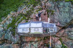 Thử thách 'thót tim' ngủ trong khách sạn cheo leo trên vách núi