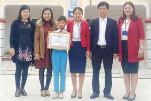 Bộ GD-ĐT tặng bằng khen cho học sinh không tham của rơi