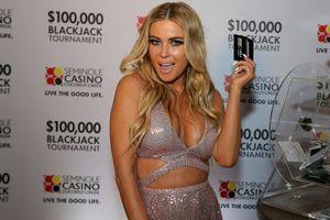 Siêu mẫu Playboy đình đám Carmen Electra diện đầm cắt xẻ hút mắt
