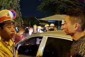 Tài xế đánh người rồi cố thủ trong ôtô, hàng chục người bao vây phản ứng