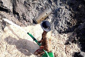 Cà Mau: Phát hiện quả bom 'trăm cân' dưới xà lan chở cát