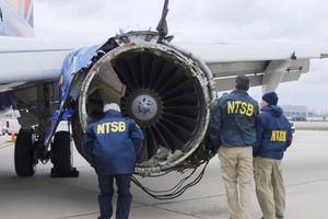 Vụ máy bay Mỹ nổ động cơ: Hành khách đeo mặt nạ oxy sai?