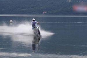 Biker lái mô tô lao vun vút vượt 5km trên mặt hồ