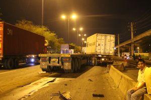 Hai xe container gặp tai nạn trên xa lộ Hà Nội, tài xế thoát chết.