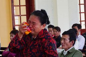 Người mẹ khóc nức xin giảm án cho 3 thanh niên giết con trai mình