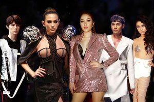 Hot nhất VIFW ngày 2: Thần thái của Bảo Thy 'cứng đờ', Võ Hoàng Yến hất váy 'quét sạch' sàn diễn