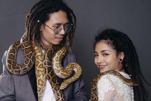 Đam mê nuôi thú cưng là bò sát, cặp đôi đem cả trăn rắn nhện vào bộ ảnh cưới siêu dị