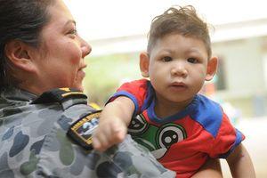 Thủy thủ 3 tàu Hải quân Australia thăm, tặng quà cho trẻ em khuyết tật