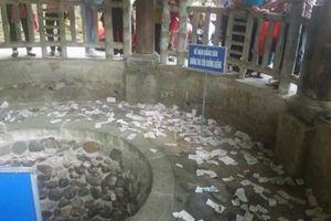 Có biển cấm, dân vẫn 'hồn nhiên' ném tiền vào giếng cổ Đền Hùng