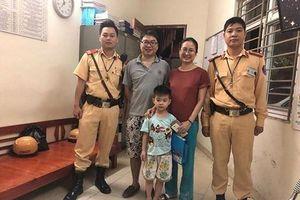 Cháu bé bị lạc được Cảnh sát giao thông đưa về gia đình