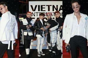 Mai Tiến Dũng mang giày gần 40 triệu, Zero 9 ăn mặc phá cách 'công phá' thảm đỏ VIFW