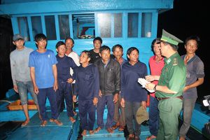 Đưa 6 ngư dân trên tàu bị đâm chìm ở Hoàng Sa vào bờ an toàn