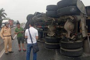Tránh xe tải, container đâm vào dải phân cách lật ngửa giữa đường