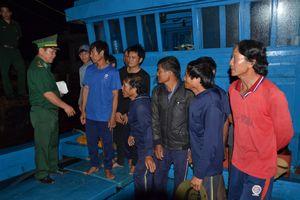 Bị tàu lạ đâm chìm trên biển, 6 ngư dân may mắn thoát nạn