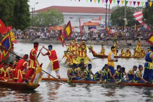 Làng Đăm có hội đua thuyền...