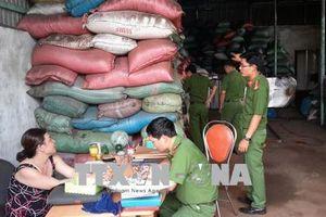 Công an thu giữ 3 tấn vỏ cà phê trộn sỏi và nhuộm bột pin tại Đắk Nông