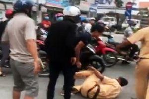 Hai người đàn ông tấn công cảnh sát khi bị giữ xe