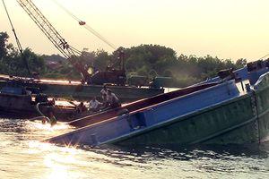 Chìm sà lan chở cát trên sông Sài Gòn, 3 người thoát nạn