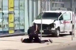 Cảnh sát Canada 'đơn thương độc mã' bắt nghi phạm đâm xe