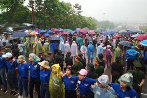 Công an, sinh viên tình nguyện đội mưa đảm bảo an ninh tại lễ hội đền Hùng