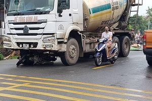 Xe trộn bê tông 'cuốn xe máy' vào gầm, 2 người tử vong