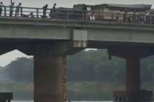 Nam thanh niên lao xuống sông Bồ cứu cô gái nhảy cầu tự tử