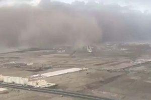 Phi công hạ cánh như phim hành động trong cảnh bão cát 'nuốt trọn' đường băng