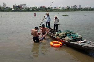 Hai bảo vệ bơi ra giữa sông cứu nam thanh niên gặp nạn