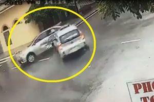 Clip: Rợn người với cảnh taxi phóng nhanh, tông trúng ôtô ở Nam Định