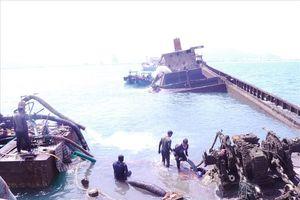 Kéo tàu chìm chở hơn 3.000 tấn quặng Apatit từ độ sâu 14m lên mặt biển Quy Nhơn