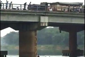 Chàng trai nhảy từ độ cao 10m xuống sông cứu cô gái tự tử