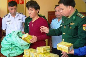 Thưởng 'nóng' vụ bắt 15 kg ma túy đá ngụy trang trong bao trà