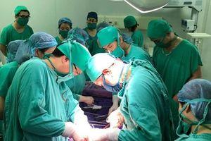 Phẫu thuật lấy thai cho bệnh nhân u gan nặng tại Quảng Ninh