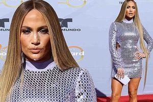 Jennifer Lopez bốc lửa với váy ôm siêu ngắn