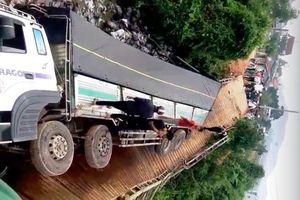 Bị xe tải trọng gấp gần 4 lần đi qua, cầu sắt 5 tấn đổ sập xuống sông