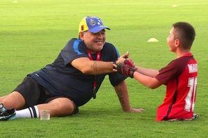 Maradona hào hứng chơi bóng cùng cậu bé không chân mê bóng đá