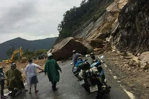 Tảng đá hàng trăm mét khối sạt lở chắn ngang đường Nha Trang – Đà Lạt