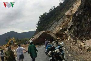 Hàng trăm mét khối đá sạt lở, chắn ngang đường Nha Trang - Đà Lạt