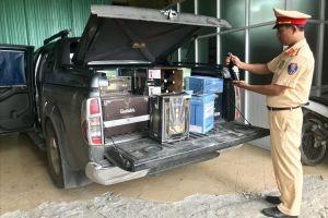 Phát hiện xe tải chở hơn 450 chai rượu ngoại không rõ nguồn gốc