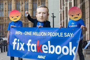 Hàng loạt người biểu tình đeo mặt nạ Zuckerberg và áo phông 'Fix Fakebook' tại Anh