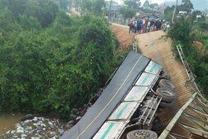 Sập cầu, xe tải cùng 20 tấn hàng hóa rơi xuống sông