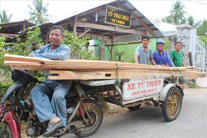 Tốp thợ mộc chuyên dựng nhà tặng người nghèo