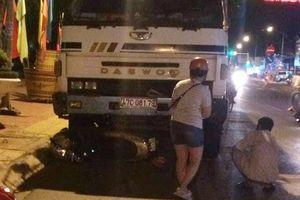 Ôtô tải cuốn 2 xe máy dừng chờ đèn đỏ vào gầm