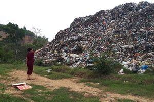 Núi rác khổng lồ 'đầu độc' người dân