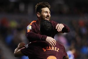 CĐV đội mưa chứng kiến Barca hoàn tất cú đúp danh hiệu