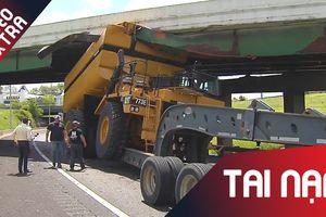 Chiếc container kẹt cứng khi băng qua gầm cầu vượt tại Mỹ