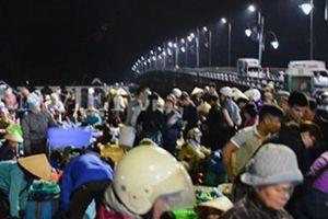 Ngày 1.5, chợ hải sản Hạ Long hối hả từ mờ sáng