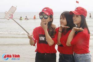 Du khách đến biển Lộc Hà đông như hội