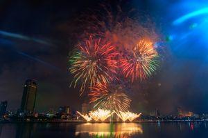 Khoảnh khắc pháo hoa rực rỡ thắp sáng bầu trời Đà Nẵng