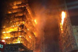Tòa nhà 26 tầng ở Brazil đổ sụp trong hỏa hoạn
